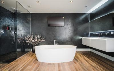 Een badkamer met een houten vloer in Laren