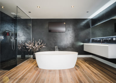 badkamer met houten vloer